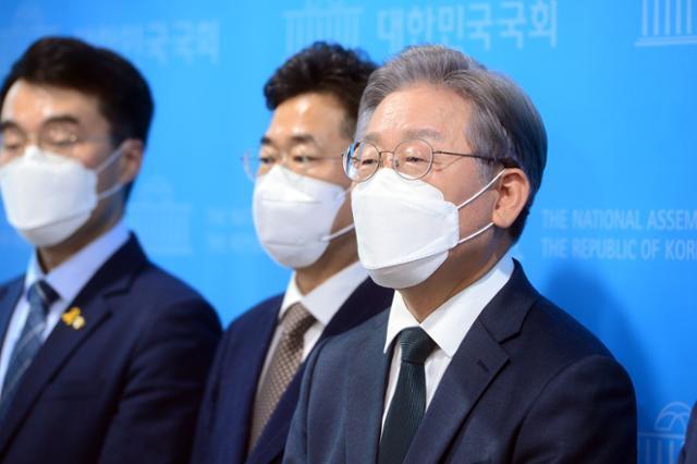 이재명(오른쪽) 경기지사가 14일 국회 소통관에서 성남 대장동 도시개발사업 특혜 의혹에 대해 반박하는 기자회견을 마친 뒤 기자들의 질문에 답하고 있다. 오대근 기자