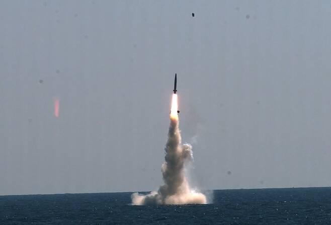 16일 충남 태안 안흥종합시험장 앞바다 수중의 3000t급 잠수함 도산안창호함에서 한국형 잠수함발사탄도미사일(SLBM)이 발사돼 하늘을 날아가고 있다. 국방과학연구소