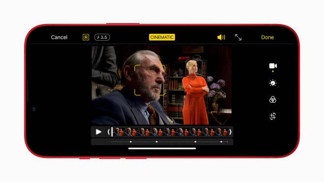 아이폰13 시리즈의 동영상 촬영에 도입된 시네마틱 모드 사용 장면. 애플 제공