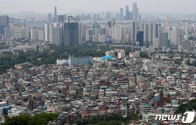 (서울=뉴스1) 안은나 기자 = 13일 서울 중구 남산에서 바라본 도심. 이날 한국부동산원의 주간 아파트 가격동향조사에 따르면, 9월 첫째주(6일 기준) 수도권 아파트값은 전주에 비해 0.40% 올랐다. 이로써 4주 연속으로 역대 최고 상승률이 유지됐다. 서울은 0.21%로 6주 연속 0.2%대의 높은 상승률을 기록했다. 2021.9.13/뉴스1