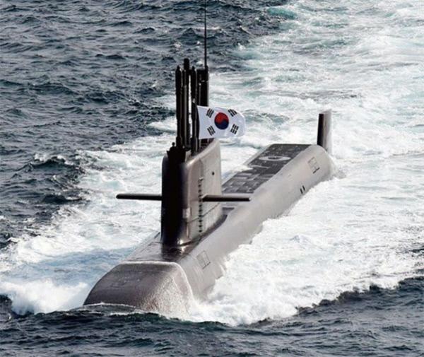 항해중인 3000 t급 국산 중잠수함 도산안창호함. 15일 잠수함에서 발사된 국산 SLBM이 문재인 대통령이 지켜보는 가운데 약 400㎞를 날아가 표적에 명중했다.도산안창호함은 지구상에 있는 400여척의 디젤 잠수함 중 지상의 표적을 공격 할 수 있는 가장 위력적인 디젤 잠수함에 등극한 기념비적 사건으로 평가된다. 방위사업청 제공