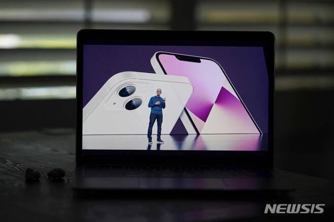 [쿠퍼티노=AP/뉴시스] 팀 쿡 애플 CEO가 14일(현지시간) 미 캘리포니아 쿠퍼티노 애플파크에서 온라인 행사로 신제품 발표회를 열고 화상을 통해 아이폰13을 소개하고 있다. A15 바이오닉 칩이 탑재된 아이폰13 시리즈는 '아이폰13(6.1인치)'을 비롯해 '아이폰13 미니(5.4인치)', '아이폰13 프로(6.1인치)', '아이폰13 프로 맥스(6.7인치)' 등 4가지 모델로 구성됐다. 2021.09.15.