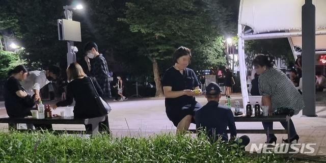 [청주=뉴시스] 충북 청주시 서원구의 한 공원에 모인 사람들이 술판을 벌이고 있다. (사진= 뉴시스 DB) photo@newsis.com