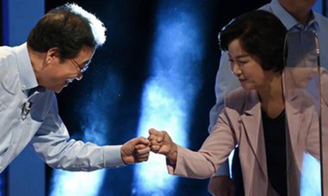 더불어민주당 이낙연, 추미애 대선 경선 후보가 14일 오후 서울 마포구 상암동 MBC 사옥에서 열린 MBC 100분 토론에 앞서 인사하고 있다. 뉴시스
