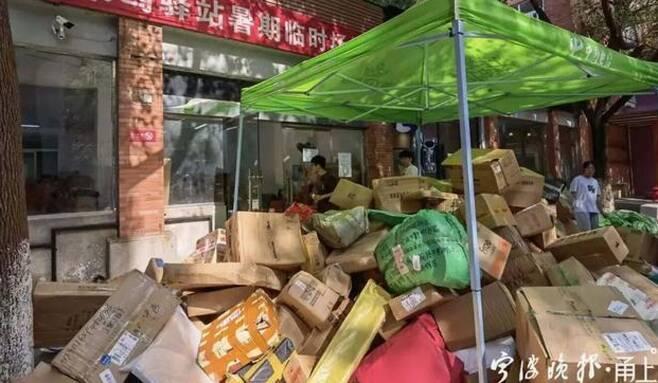 중국 일부 지역에 코로나19 확산 방지를 위해 이동 제한 또는 봉쇄령이 내려지자, 학생들의 생필품을 직접 전달하지 못한 부모들이 택배로 소지품을 보내면서 만들어진 풍경이다.