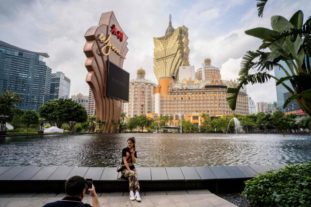 홍콩 마카오에 있는 윈 리조트 앞에서 한 관광객이 기념 촬영을 하고 있다. /연합뉴스