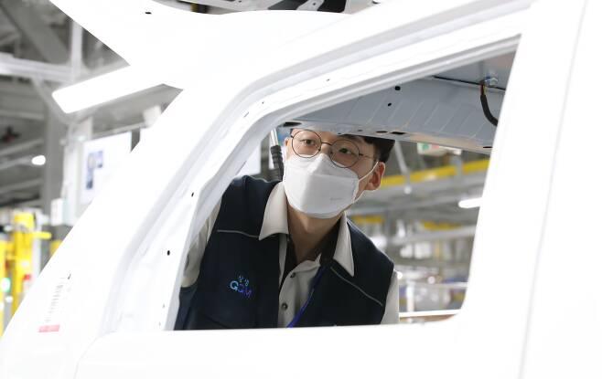 16일 광주 빛그린산업단지 내 광주글로벌모터스(GGM) 조립부 컨베이어밸트에서 직원이 작업을 하고 있다./김영근 기자