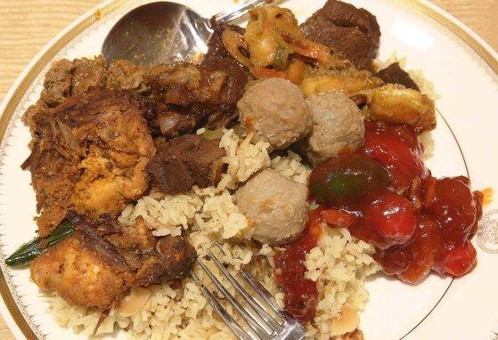 하리라야 기간 브루나이 왕궁에서 베푼 음식. 할랄 음식이다.