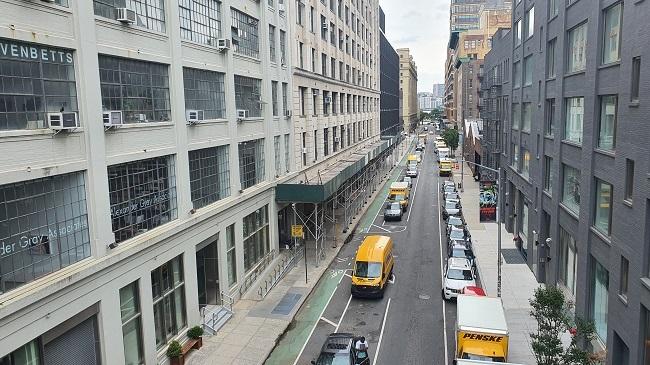 미국 뉴욕시 맨하튼 길가를 따라 자동차들이 길게 주차돼 있다./추동훈 뉴욕특파원