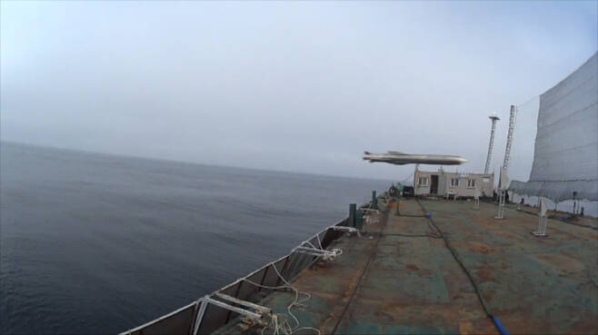 국내 개발된 초음속 순항미사일은 공개된 영상에서 바지선에 그물로 표현된 가상표적의 하단부를 정확히 뚫고 비행하는 모습을 보여주었다. 사진=국방부