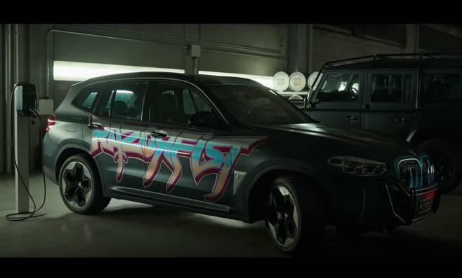 영화 '샹치와 텐링즈의 전설'에 등장하는 BMW iX3. /BMW 유튜브 캡처