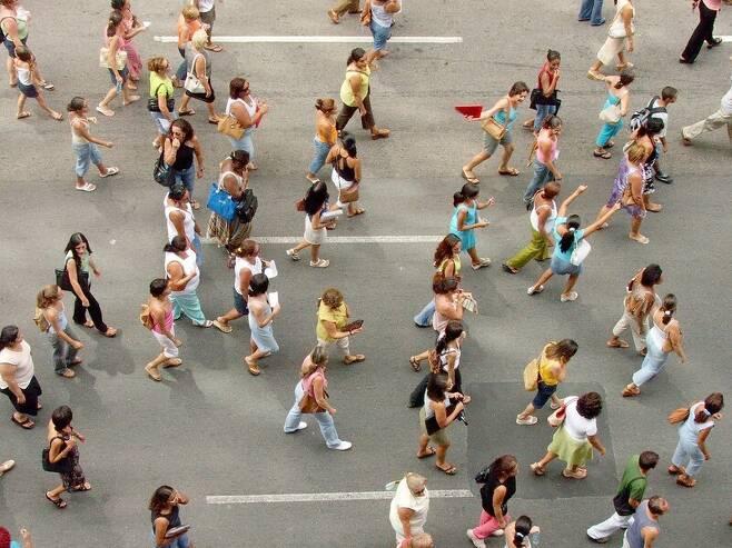 하루 걸음 수를 7천보로 잡으면 심리적 부담이 한결 덜해진다. 언스플래시