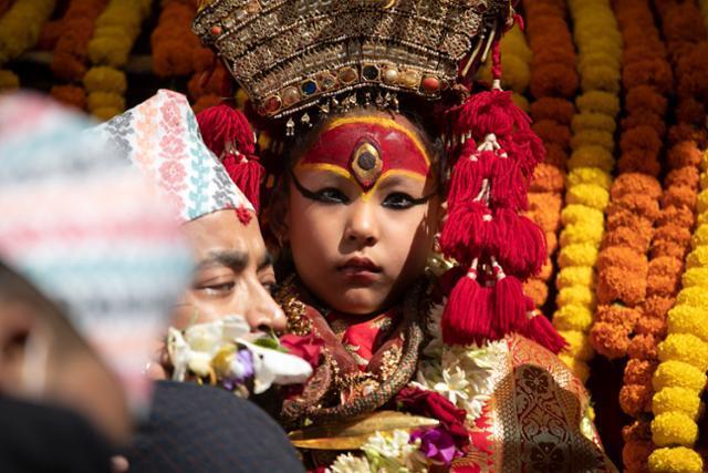 네팔 카트만두의 쿠마리가 옌야(인드라 자트라) 19일 축제 행차를 위해 마차에 오르고 있다. 카트만두=AP 연합뉴스