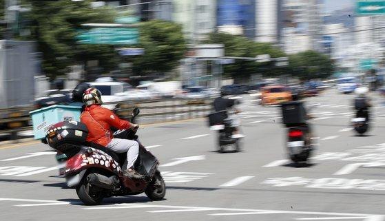 지난 15일 서울 시내의 한 거리에서 라이더들이 배달업무를 하고 있다. 뉴스1