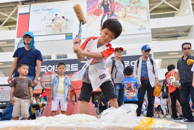 한화 이글스 어린이 야구팬이 2014년 9월 6일 대전 홈구장 앞에서 추석을 맞아 전통놀이 체험을 하고 있다. 뉴시스
