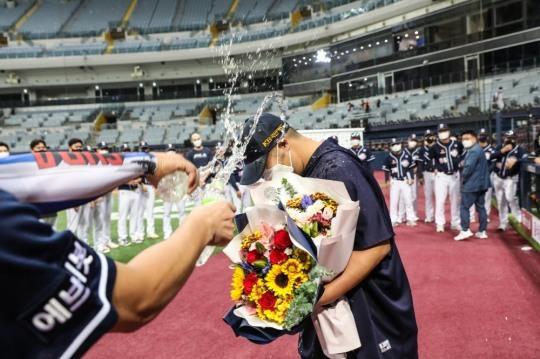 두산의 유희관이 19일 키움전에서 개인통산 100승을 올린 뒤 동료들의 축하를 받고 있다.[연합뉴스]