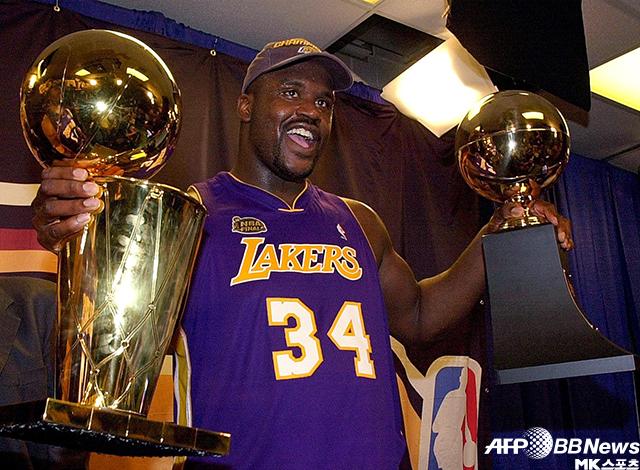샤킬 오닐이 2001 NBA 정상에 오른 후 플레이오프 우승컵(왼쪽), 결승전 MVP(오른쪽) 트로피를 보이며 기뻐하고 있다. 사진=AFPBBNews=News1