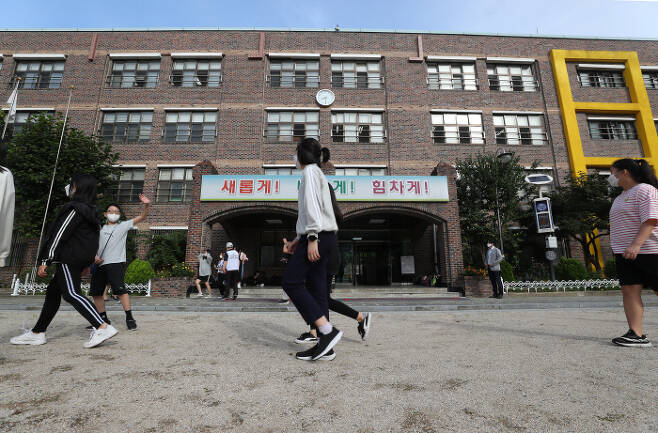 사회적 거리두기 4단계 지역 대면수업이 확대된 6일 오전 서울 성북구 번동초등학교에서 6학년 학생들이 운동장 걷기를 하고 있다. [사진 제공 = 연합뉴스]