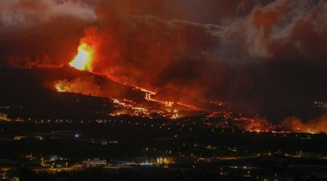 20일 스페인 카나리아스의 라 팔마 섬 엘패소 근처 화산에서 괭음과 함께 용암이 분출되고 있다. AP=뉴시스