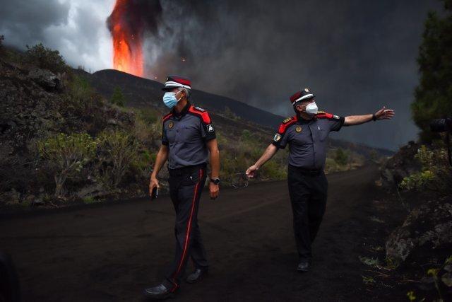 22일 경찰이 스페인 라 팔마의 Cumbre Vieja 화산에 접근하려는 사람들을 막고 있다. AP=뉴시스