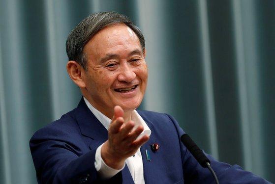 스가 요시히데 일본 총리가 지난 14일 기자회견에서 웃으며 질문에 답하고 있다. [로이터=연합뉴스]