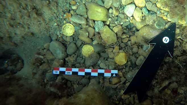 해저 쓰레기 치우던 스페인 두 남자, 약 1500년전 로마금화 발견
