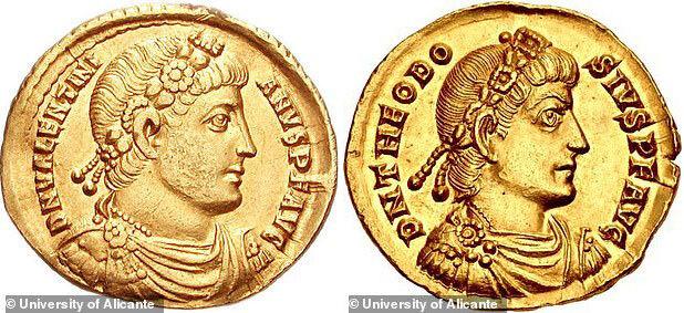 발렌티니아누스 1세 금화(왼쪽)와 테오도시우스 1세 금화의 모습.