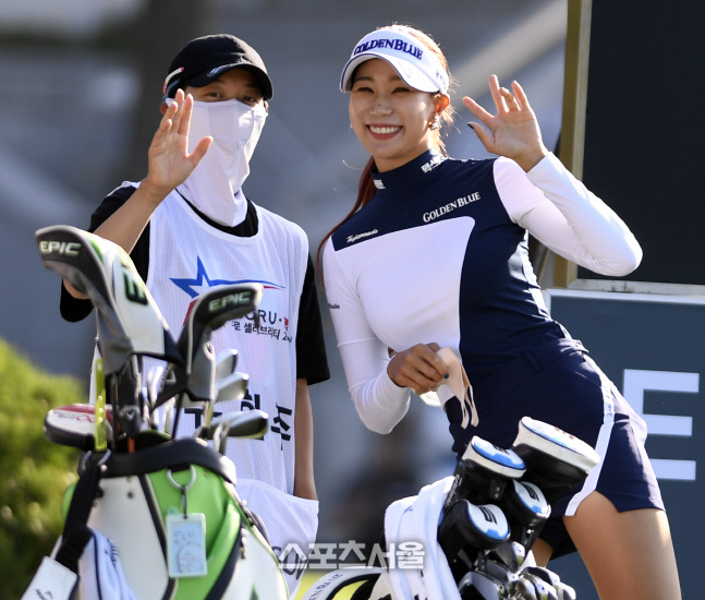 유현주와 김효주가 취재진을 보고 환한 표정을 짓고 있다. 안산 = 이주상기자 rainbow@sportsseoul.com