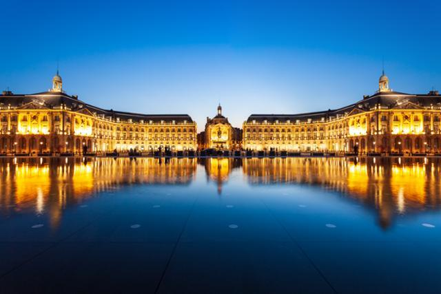 부르스 궁(Palais de la Bourse). 루이 15세의 요청으로 앙주 자크 가브리엘이 보르도시 부르스 광장에 지었다. 보르도를 대표하는 건물로 18세기 프랑스 근대 건축의 장엄함과 화려함을 보여준다. 게티이미지뱅크