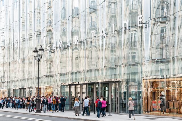 프랑스 파리 상업가를 바라보는 후면부는 일본 건축가그룹 사나가 디자인한 거대한 유리 패널들이 부착돼 있다. 게티이미지뱅크
