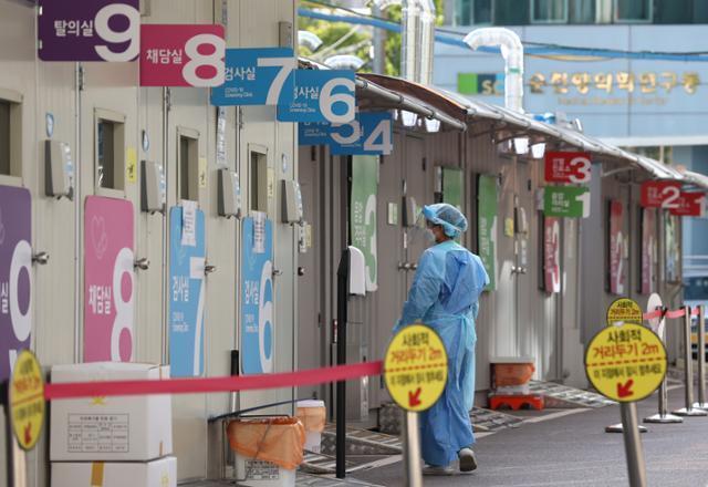 23일 용산구 순천향대학교 부속 서울병원 코로나19 선별검사소에 긴장이 감돌고 있다. 이 병원에서 코로나19 집단감염이 발생해 40여 명의 확진자가 나왔다. 연합뉴스