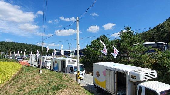 지난 23일 화물연대가 세종시 공장 앞에서 'SPC삼립 규탄 집회'를 열고 있다.