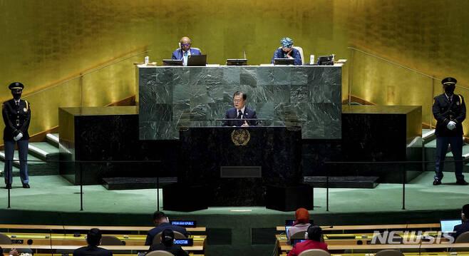 [뉴욕=뉴시스] 김진아 기자 = 문재인 대통령이 21일(현지시간) 미국 뉴욕 유엔 총회장에서 기조연설을 하고 있다. 2021.09.22. bluesoda@newsis.com