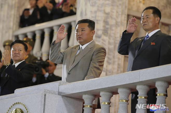 [평양=AP/뉴시스] 김정은(가운데) 북한 노동당 총비서가 9일 북한 평양의 김일성 광장에서 열린 공화국 창건 73돌 경축 '민간·안전 무력 열병식'에 참석해 군대와 군중을 향해 손을 흔들고 있다. 이번 열병식은 정규군이 아닌 예비군 성격의 지방 노농적위군, 사업소·단위별 종대가 참석하는 형식으로 이뤄졌고 김정은 총비서의 연설도 없었던 것으로 전해졌다. 2021.09.09.