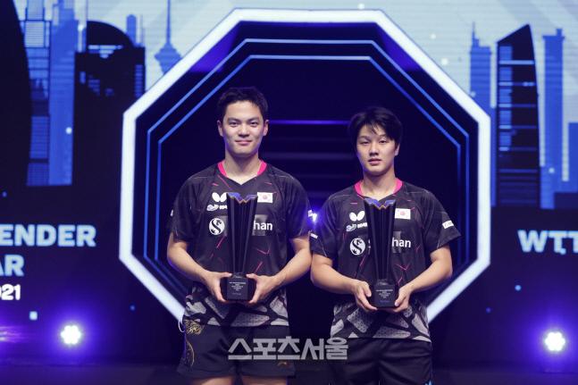 안재현(오른쪽)-조승민이 25일 우승트로피를 들고 있다. 국제탁구연맹(ITTF) 홈페이지