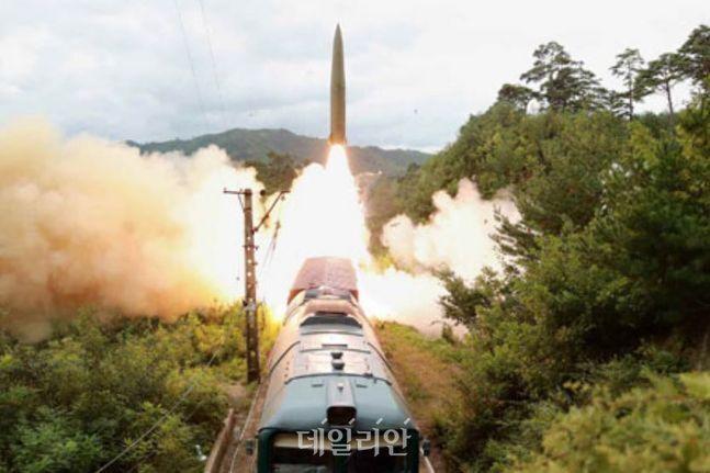 지난 15일 북한의 철도기동미사일연대가 열차에서 유엔 안전보장이사회 결의 위반에 해당하는 탄도미사일을 발사하고 있는 모습 ⓒ노동신문