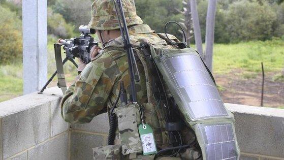 호주 육군의 부착형 태양광 패널. 전투나 이동하면서 전기를 충전할 수 있는 장비다. 호주 육군