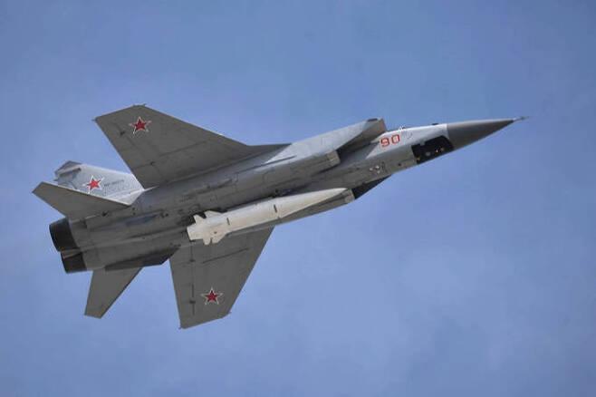 러시아 공군 MIG-31K 전투기가 킨잘 극초음속 순항미사일을 탑재한 채 날아가고 있다. 세계일보 자료사진