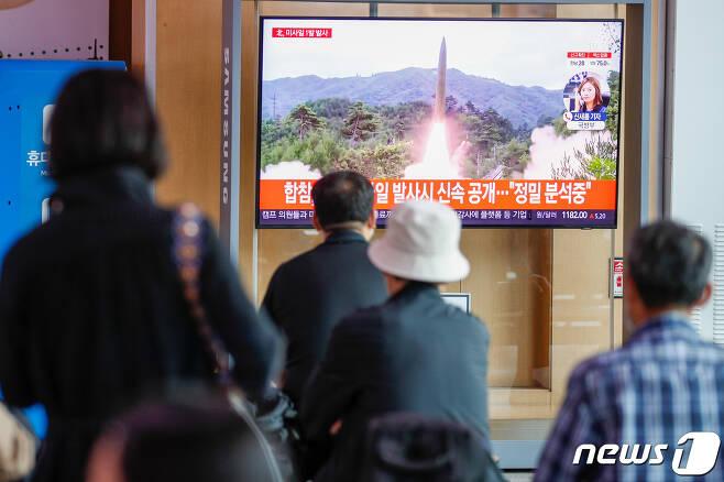 28일 서울역에서 시민들이 북한 단거리 미사일 발사 관련 뉴스를 대형 TV를 통해 시청하고 있다. 2021.9.28/뉴스1 © News1 안은나 기자