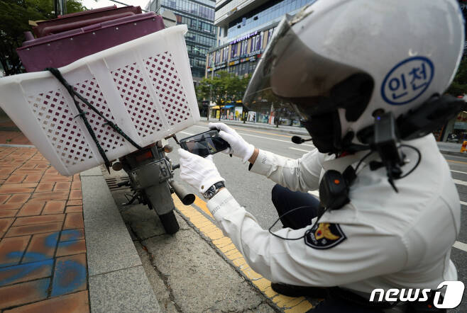 경찰이 28일 인천시 연수구 송도동에서 봉인이 떨어진 번호판을 부착한 이륜차를 단속하고 있다.  2021.9.28/뉴스1 © News1 정진욱 기자