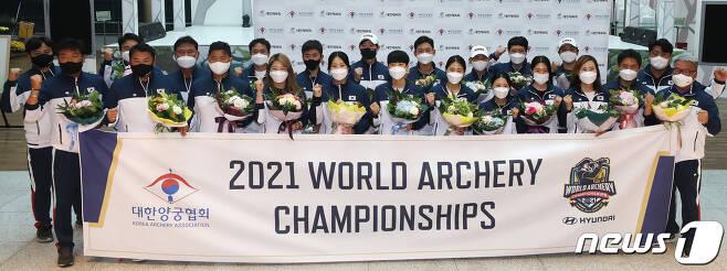 대한민국 남녀 양궁 대표팀 선수들이 28일 오후 인천국제공항을 통해 귀국 후 기념촬영을 하고 있다. 2021.9.28/뉴스1 © News1 임세영 기자