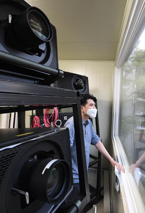 김상우 모온컴퍼니 대표가 지난 14일 원주 간현관광지에서 디지털 장비를 점검하고 있다.