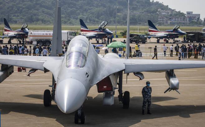 28일 개막한 중국 주하이 에어쇼에서 전투기 실물이 전시되어 있다. [EPA]