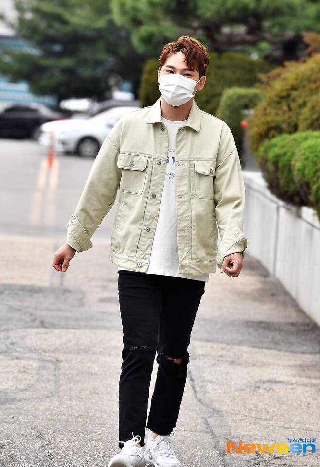 Singer seajin bake enters KBS station for recording stage broadcast on October 4th.