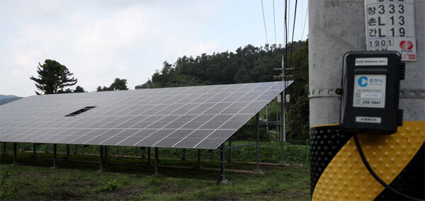 6일 산업통상자원부가 대형 발전사들이 의무적으로 공급해야 하는 태양광 등 신재생에너지 발전 비중을 크게 늘리며 한국전력 비용 부담이 급증하게 됐다. 이날 강원도 춘천의 한 마을에 설치된 태양광 패널에서 전력이 생산되고 있다. [김호영 기자]