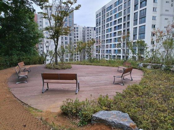 성남시가 백현동에 아파트를 짓게 해 주는 조건으로 받은 '공원' 활용도가 크게 떨어진다. 대체공휴일인 11일에도 공원을 이용하는 주민을 찾아보기 어려웠다. 김원 기자