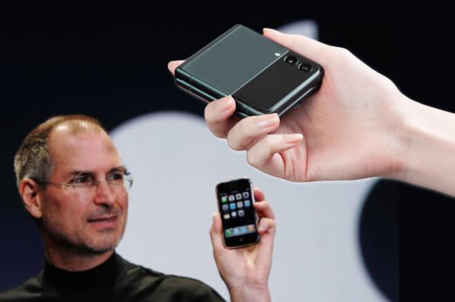 애플 창업자 고(故) 스티브 잡스가 아이폰을 소개하는 모습과 갤럭시Z플립3(오른쪽). [AP, 삼성전자 제공]
