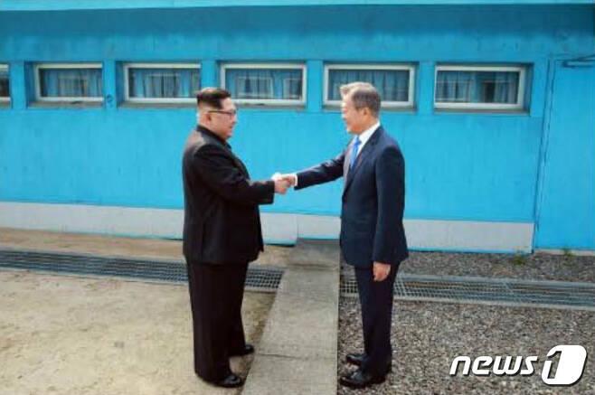 악수하는 문재인 대통령과 김정은 북한 노동당 총비서. (노동신문) 2018.4.28/뉴스1