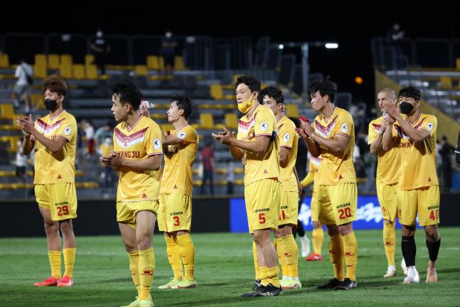 3일 광주축구전용구장에서 열린 광주FC와 포항 스틸러스 경기에서 2-3으로 패한 광주 선수들이 관중에게 인사하고 있다. 광주 | 연합뉴스