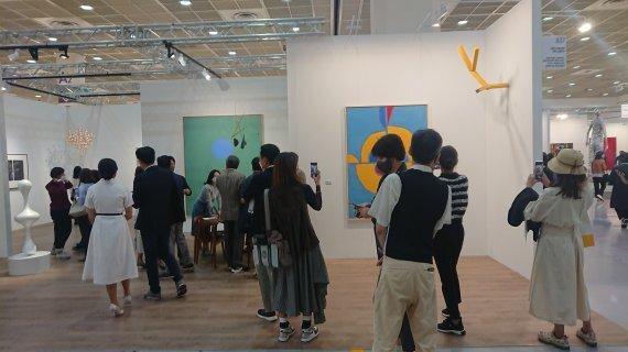 13일 개막한 KIAF 2021 페이스 갤러리 부스에 관람객들이 몰려들고 있다. / 사진=박지현 기자